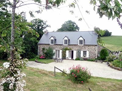 Delightful longere in countryside setting, 30 mns to beautiful Beaches, 1 hour from aiport & ferry port