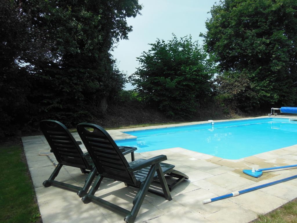 Properties agence arguenon dinan for Swimming pool close to house