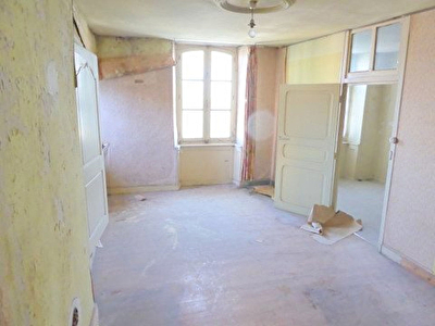 At the heart of the historical town centre, charming apartment to refurbish