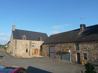 Mont St Michel Bay, former manor house & outbuildings on 2.5 hectares of land.