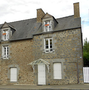 Nice character quircky house, lovely garden, 20 mns South of ST MALO, close to Dinan too!