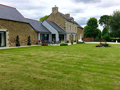 Magnificent stone longère with pool close to Dinan - spacious and light, with character features