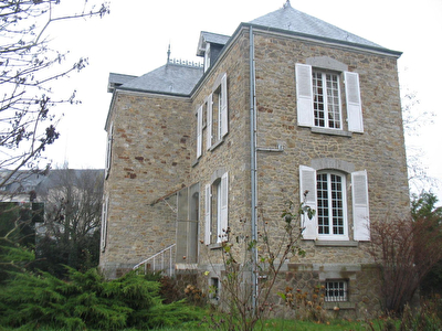 Pontorson: Stone bourgeois house, detached, at the entrance of the city.