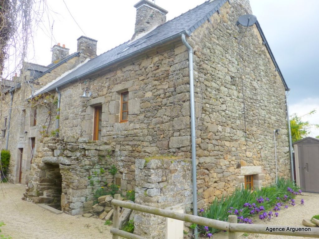Stone cottage in pretty village close to Jugon les Lacs