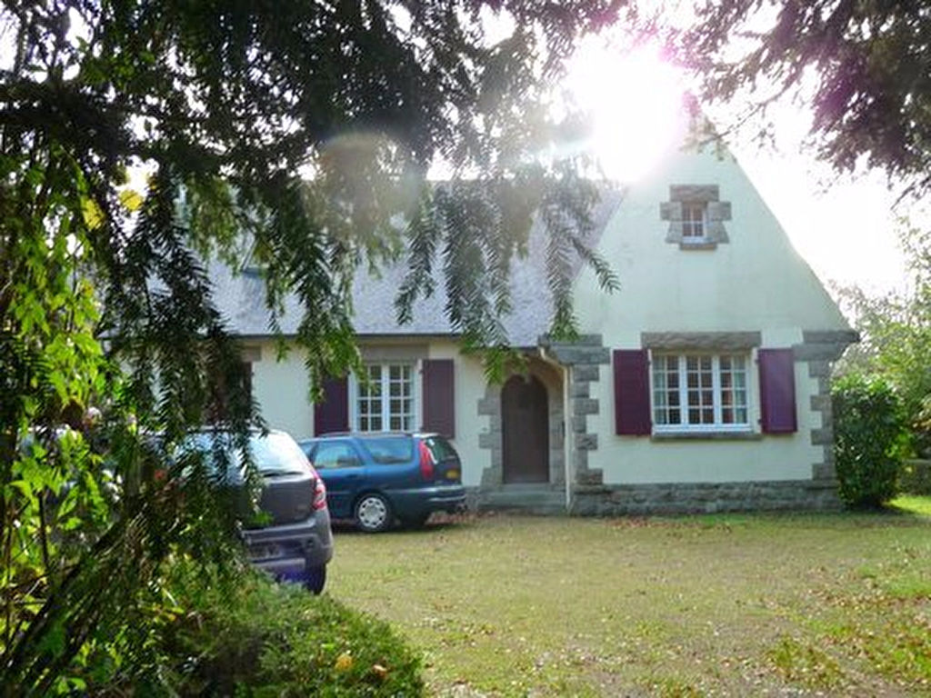 Secluded village property in extensive grounds