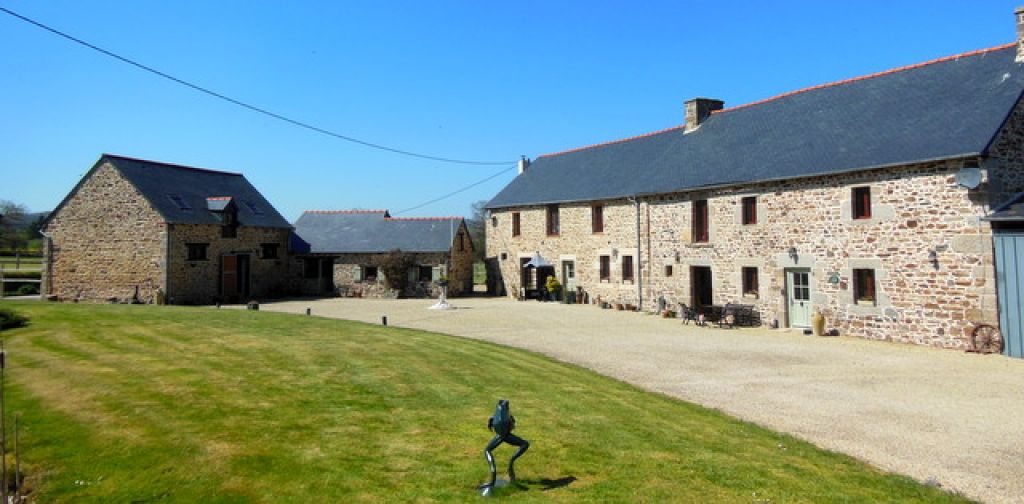 Magnificent stone property with 2 separate houses, stables and 3 hectares