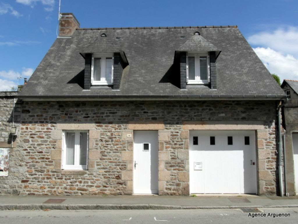 Dinan: 5mn centre of town, pretty 3 bed house with garage and garden.