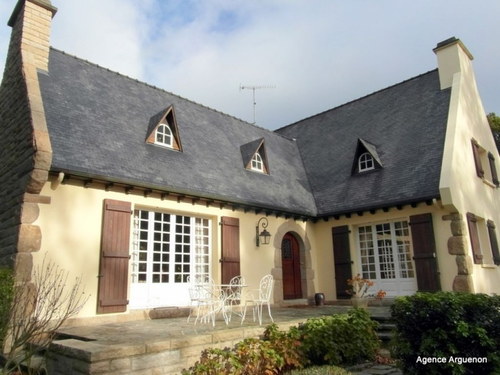 5mn Dinan: Substantial 5 bedroom house, with park of 1 and 1/2 acre all around