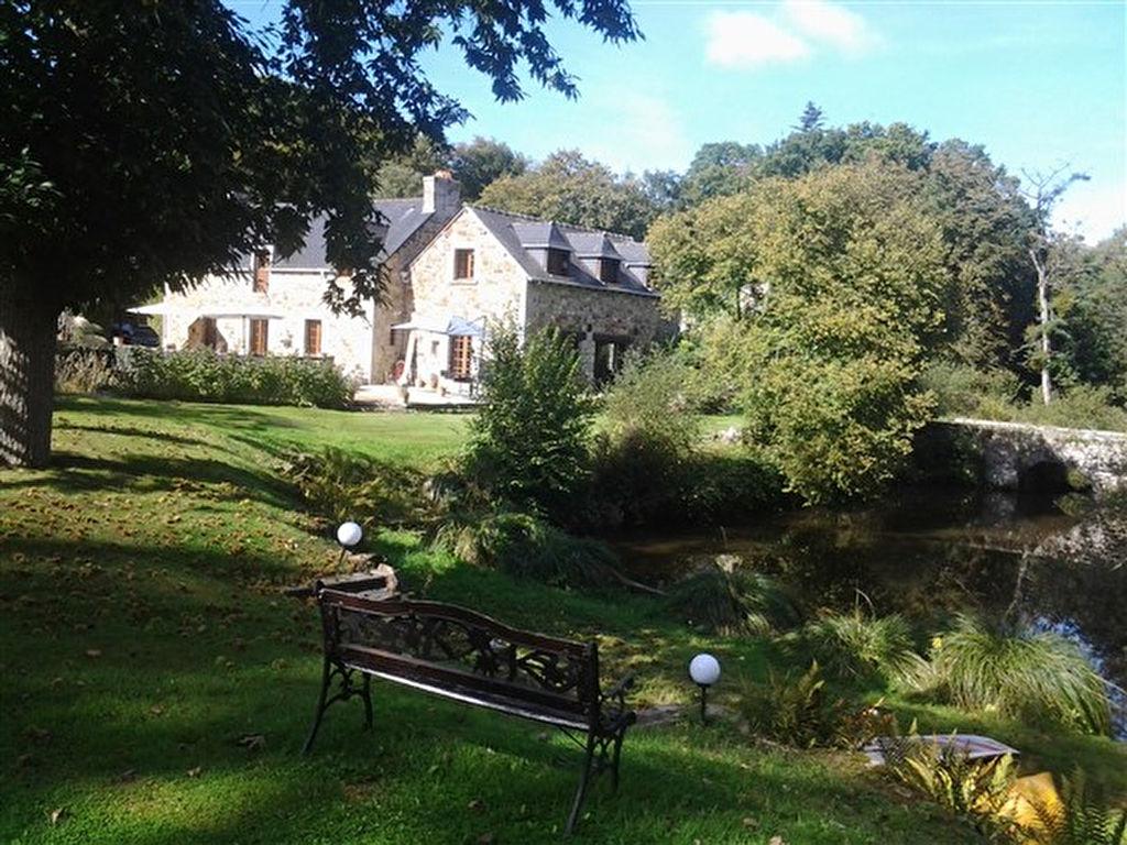 2 kms de Broons, belle demeure entourée par ses douves