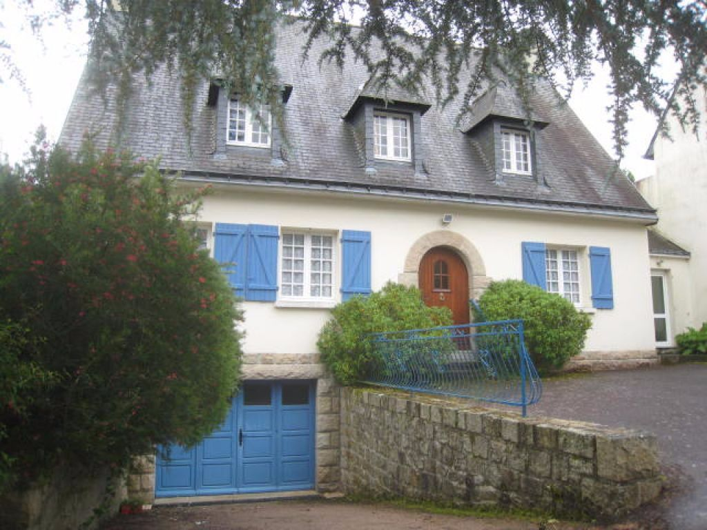 Large town house in walled city of Montcontour