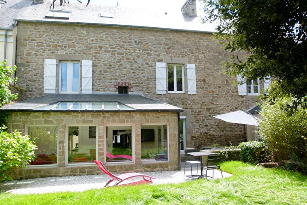 Dinan centre historique: Elegante maison de ville de 5ch. avec jardin