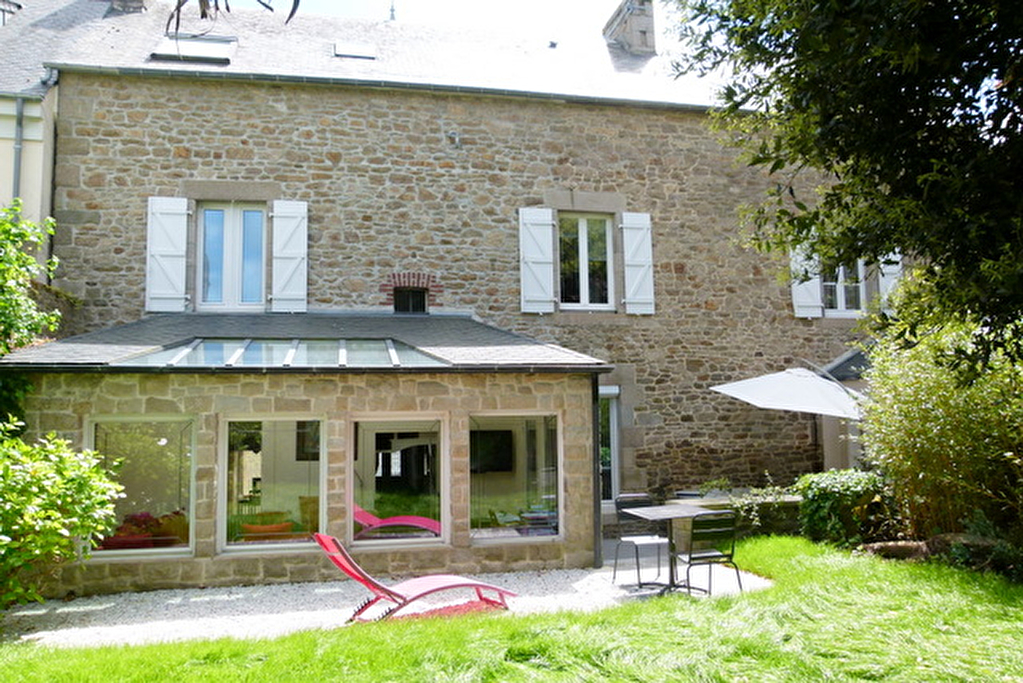 In the heart of Dinan: Elegant 5 bedroom town house with garden