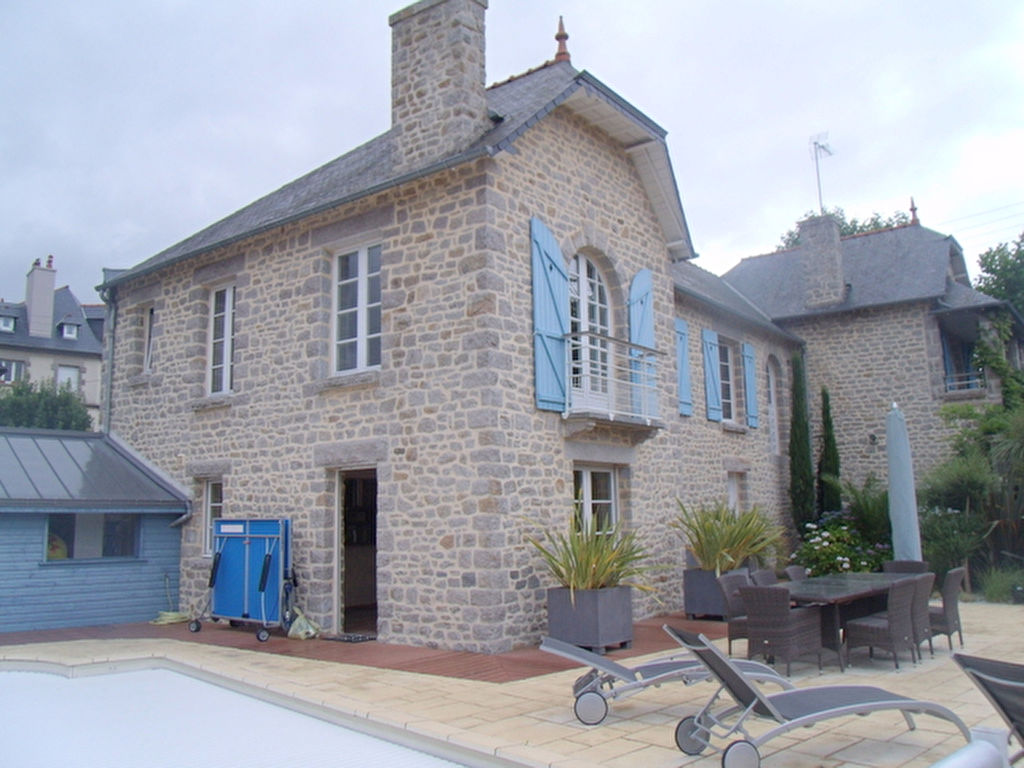Superb family home of 200m² in the heart of Dinan, enclosed grounds and swimming-pool