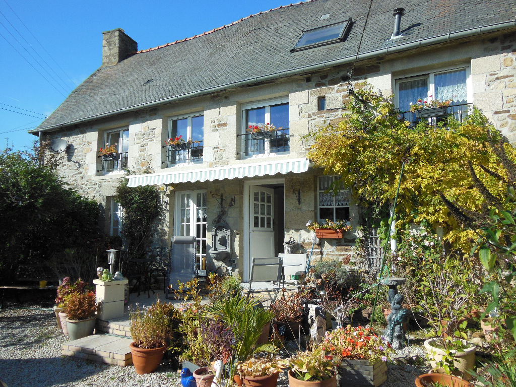 Pretty 3 bedroom stone house close to Jugon Les Lacs