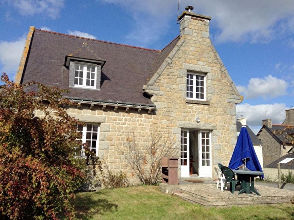 Broons centre :  Belle Maison familiale avec garage et son jardin