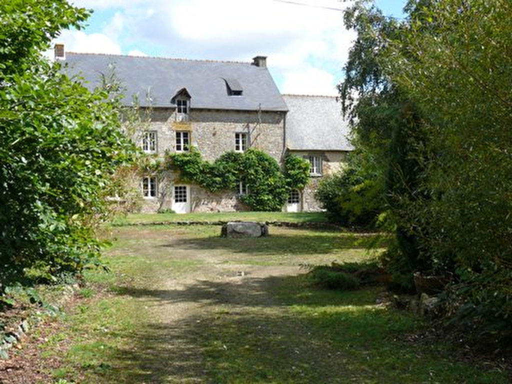 Merdrignac, Magnificent Manor House with gite on landscaped grounds, 10.6 acres with woodland, meadow and 2 large ponds