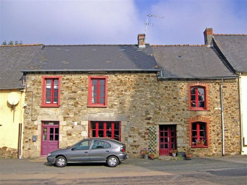 UNDER OFFER Caulnes area: pretty stone house with garden and outbuilding