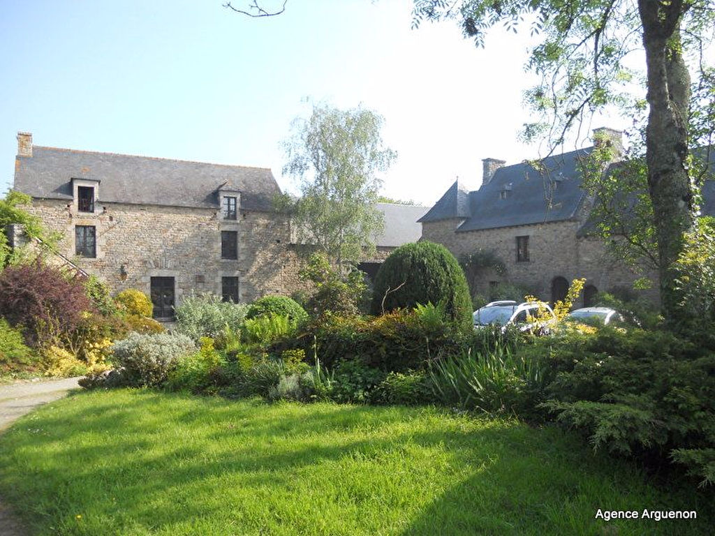 5mn Dinan:  Superb 17th century property with landscaped park