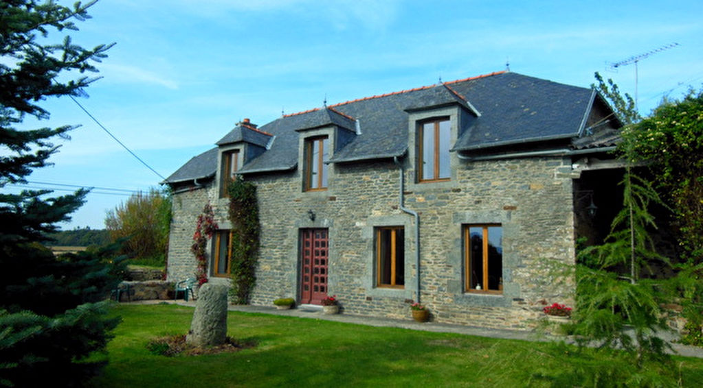 Lovely refurbished stone farmhouse with separate 1 bed appartment on 1 hectare.
