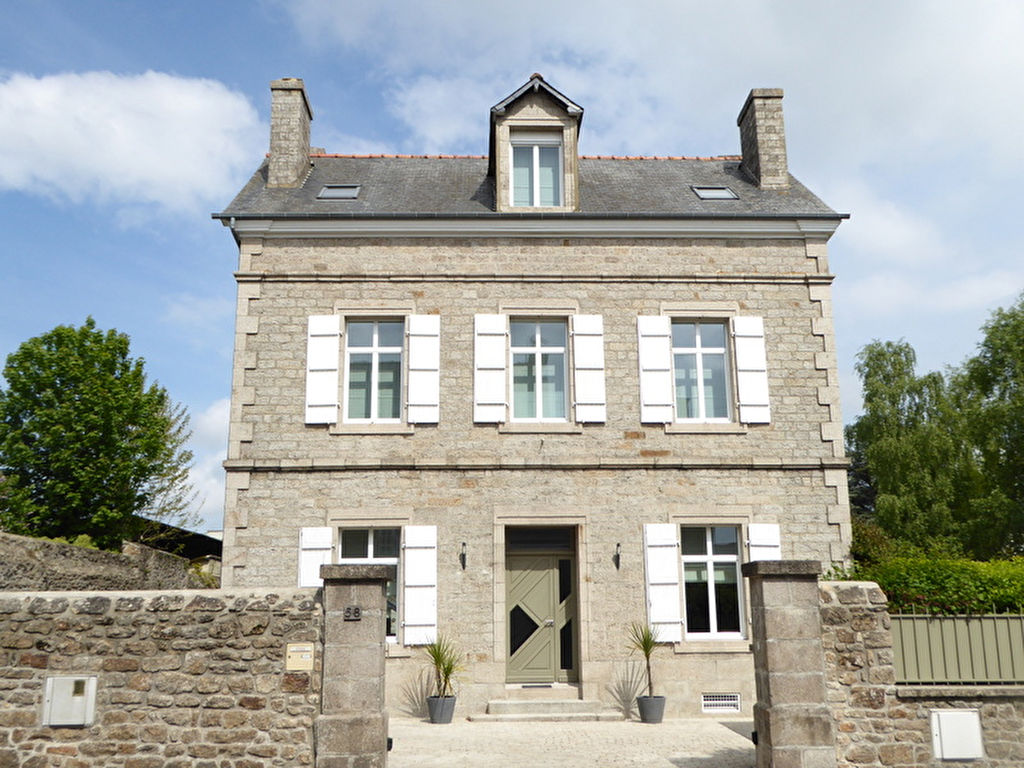 Eight bedroom main manor and a separate four bedroom gatehouse - Dinan Town Center Fully Renovated 6 Bedroom House With Private Garden And Garage