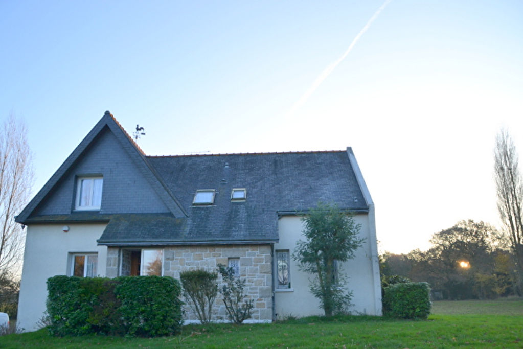 Between Lamballe and the sea : spacious 4 bedroom family home, detached, set on +6000m²