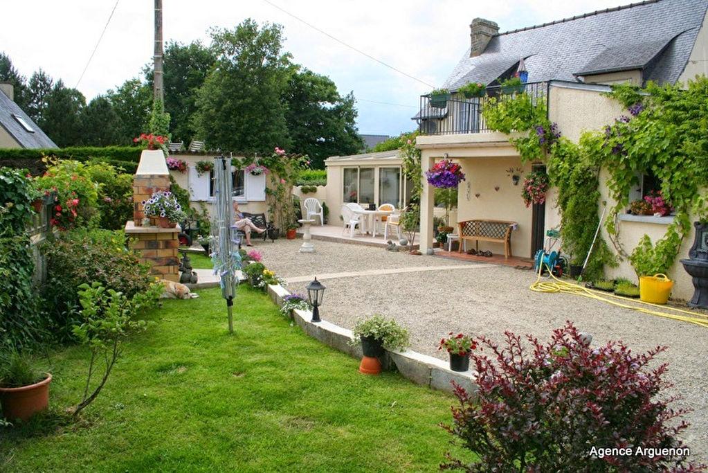 SOUS OFFRE  5 mns Caulnes : Charmante maison avec jardin paysager