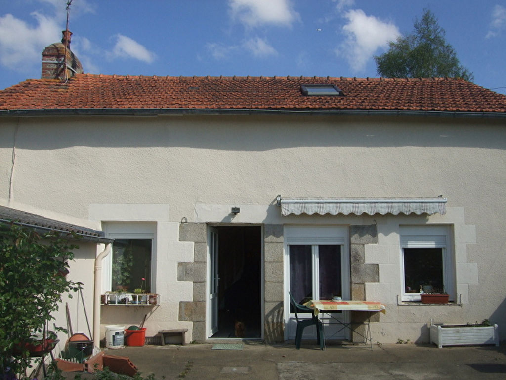 Detached house with pretty garden outside of Dinan going towards the coast.