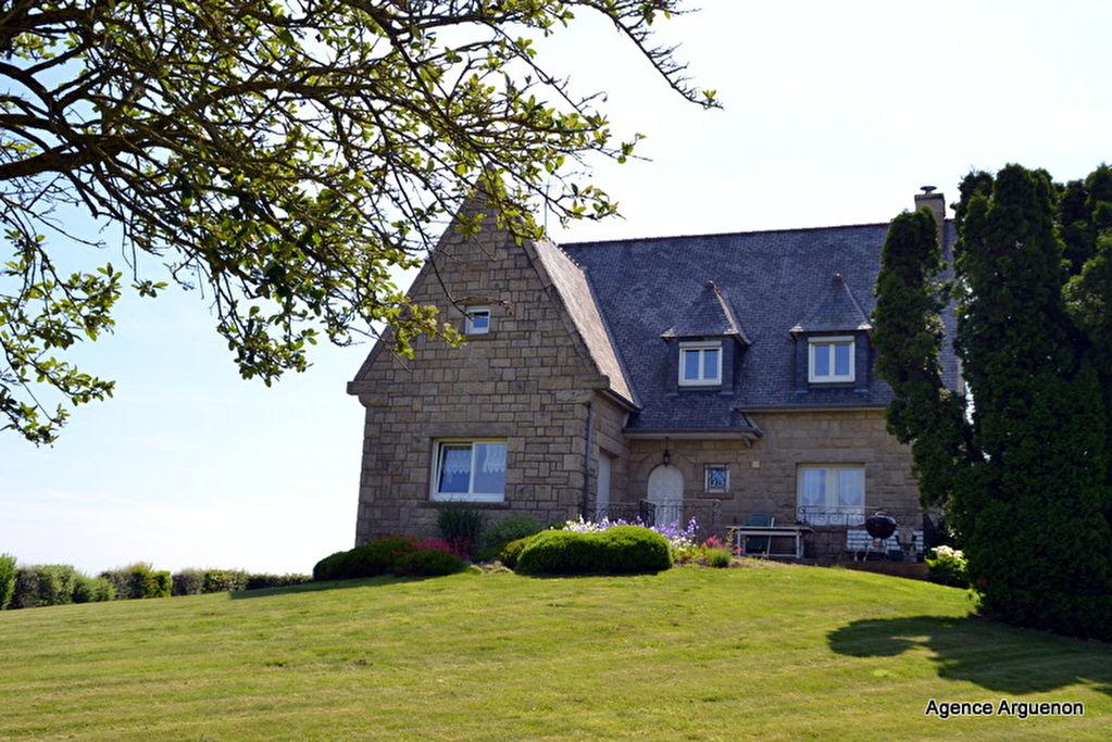 Charmante maison familiale, 4 chambres, + d'1 hectare de terrain!