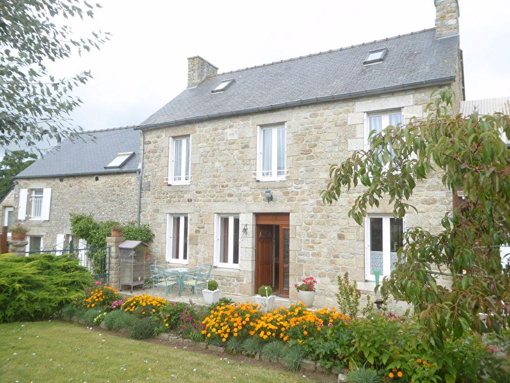 Proximité DINAN-Maison et Gite en pierre sur beau jardin arboré et fleuri.