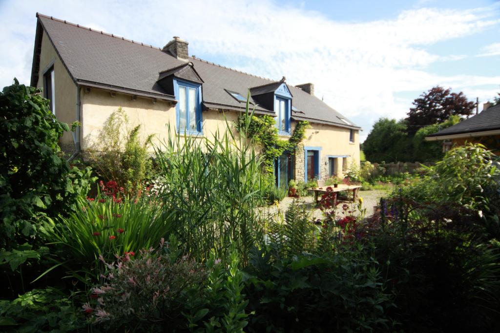 Yvignac la tour : Charme et tranquillité pour cette maison ancienne indépendante avec jardin.