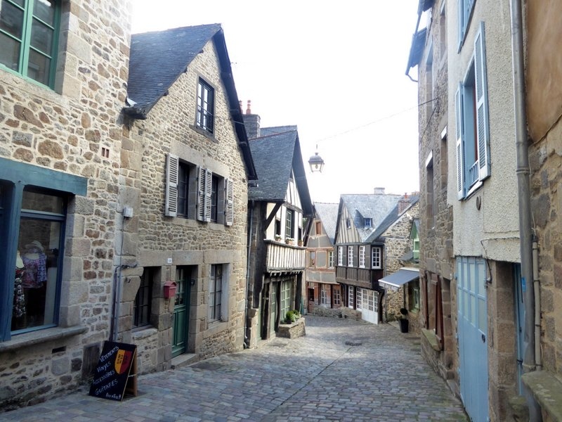 EXCLUSIVE - DINAN HISTORIC CENTRE - Characterful 2 bed stone house with courtyard