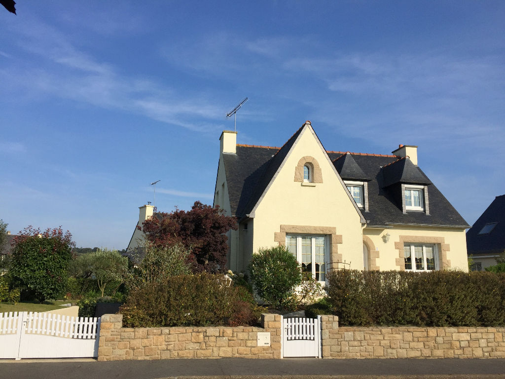 Lamballe: Beautiful home in sought after residential area, close to old part of town and lake