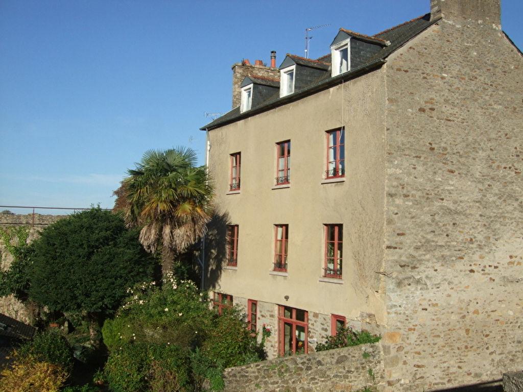 Dinan - centre historique - grande maison avec jardin offrant des vues imprenables  - garage