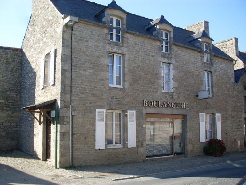 Plélan le Petit : Maison de bourg ancienne avec jardin et grandes dépendances.
