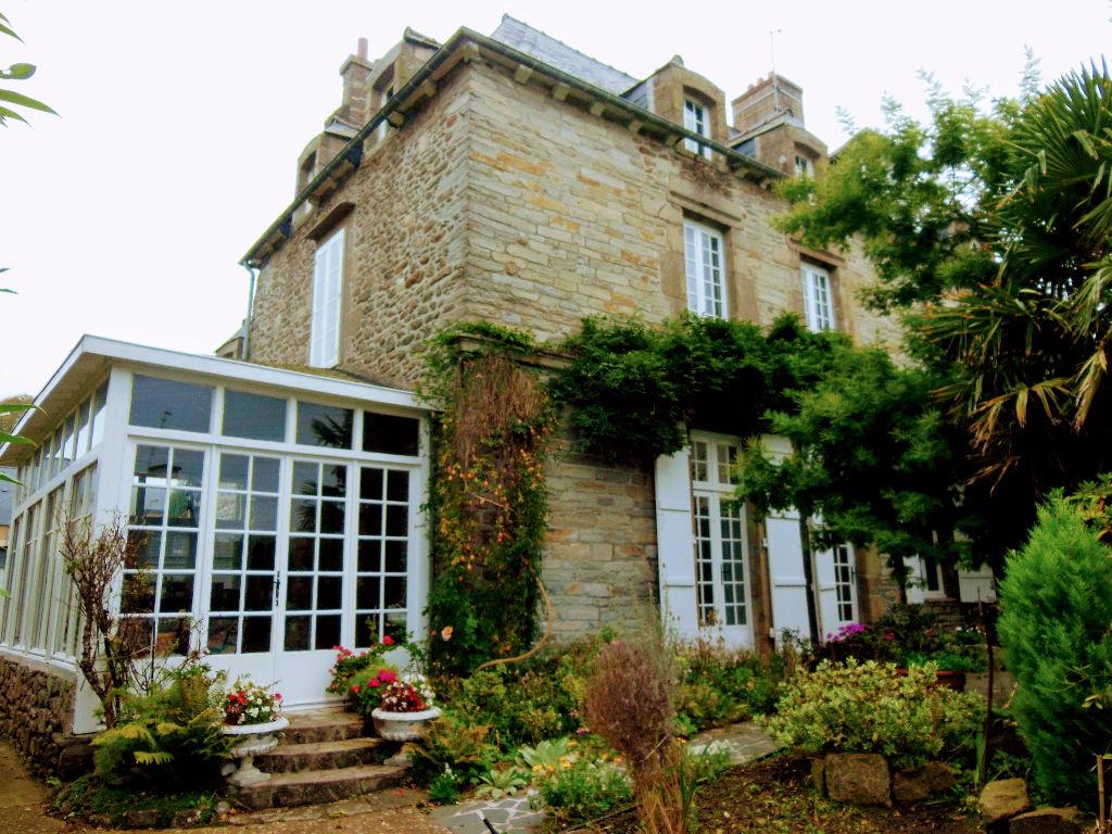 Saint Malo, Elegante maison de Maître sur ravissant jardin clos de mur en pierres!