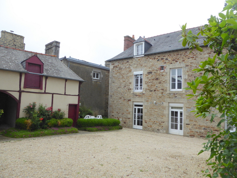 Period townhouse and outbuildings between Dinan and Rennes