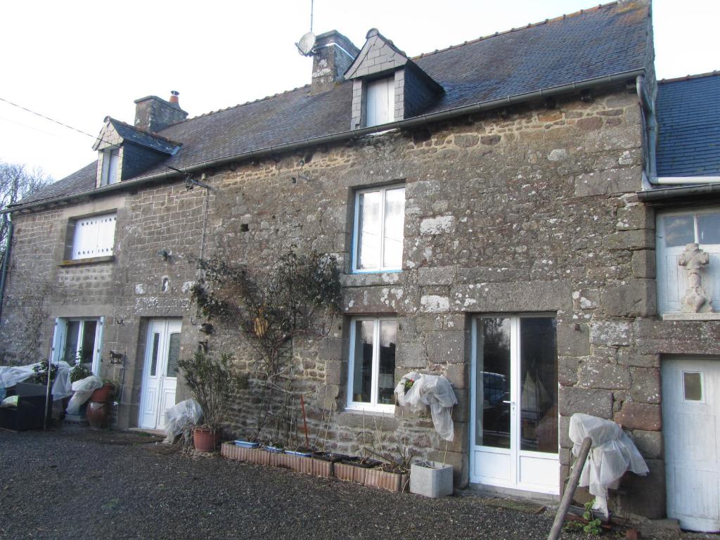 Maison de 1697 en village, indépendante, exposition sud, 4 chambres.