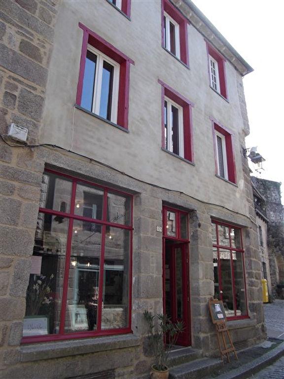 Maison dans l'ancien cité médiévale de Moncontour plus commerce