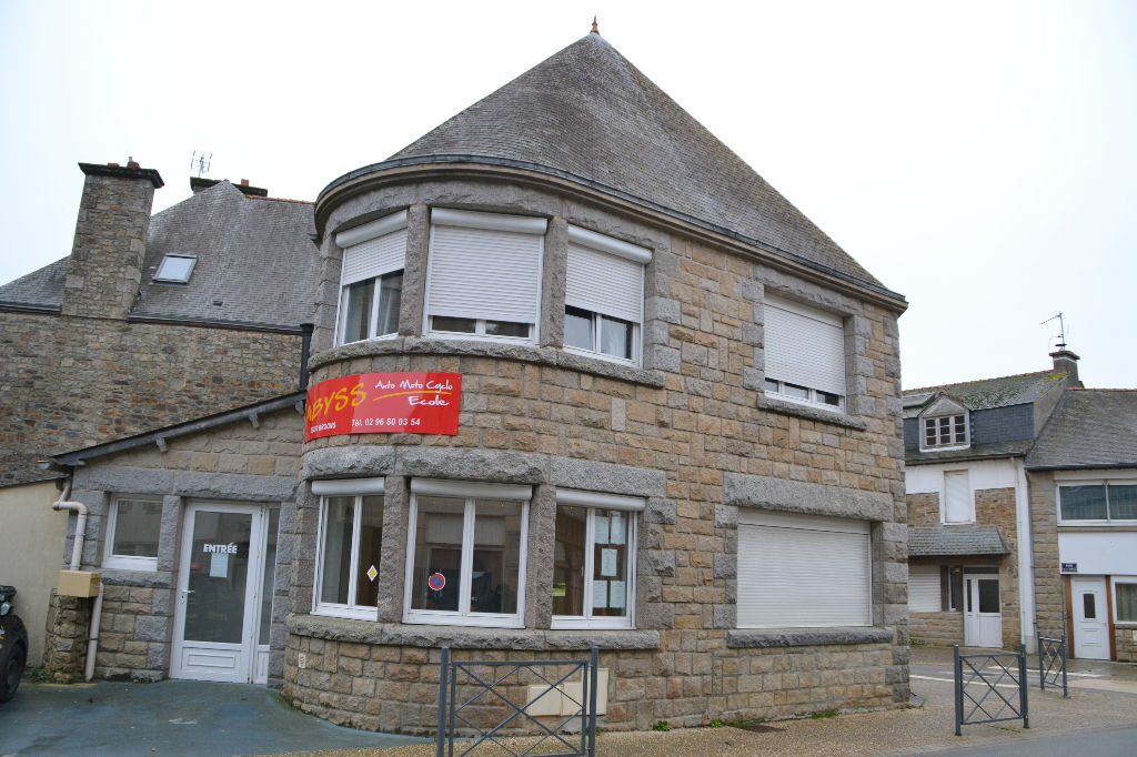 Broons plein centre: ensemble immobilier: maison d'habitation et local commercial