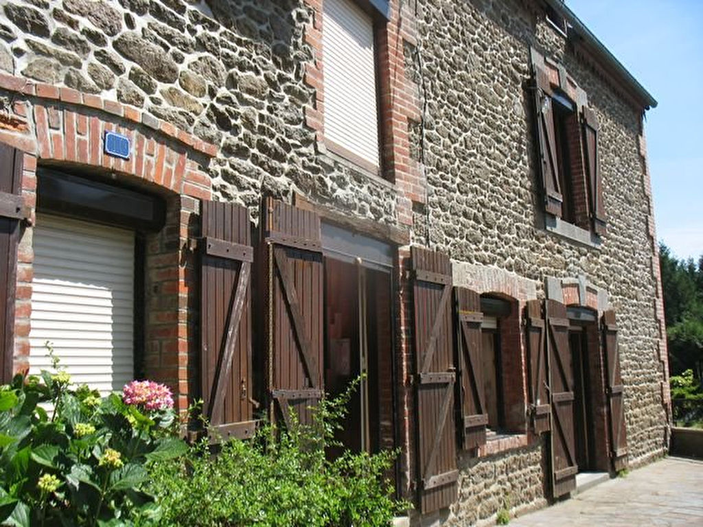 Charming stone house in lively town centre, 15 mns $t Malo and Dinan