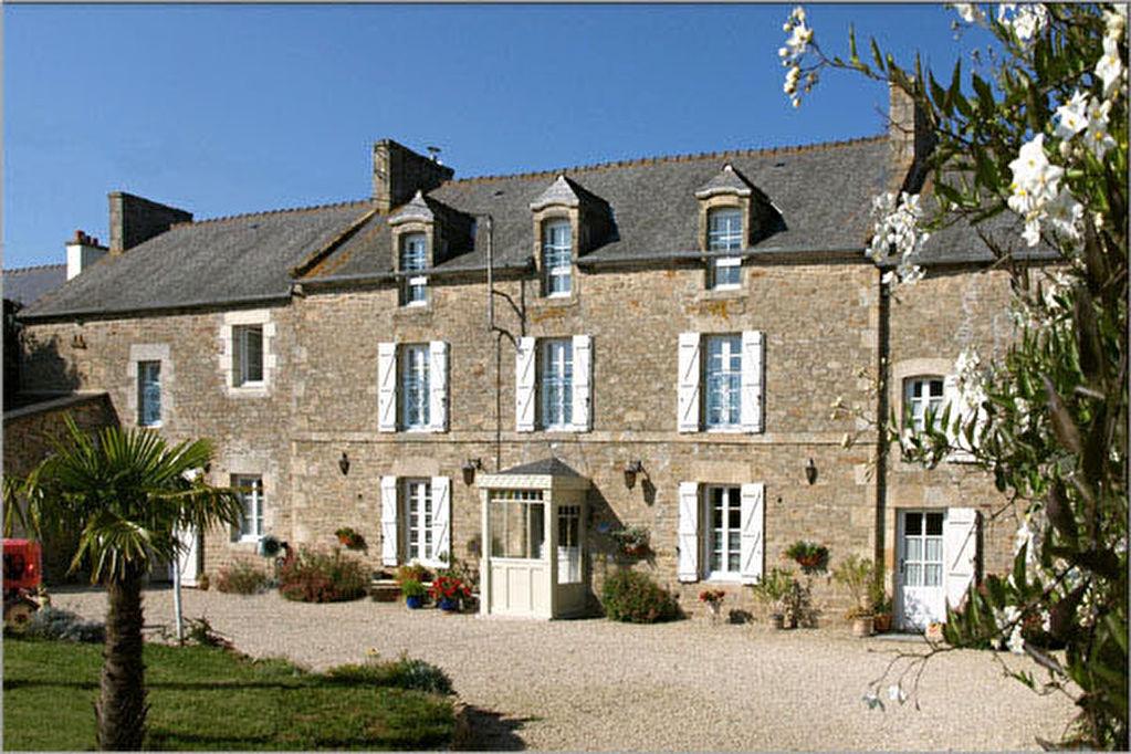 Proximité DINAN : Élégante propriété comprenant 2 gîtes et 4 belles et spacieuses chambres d'hôtes - 2.5 hectares!