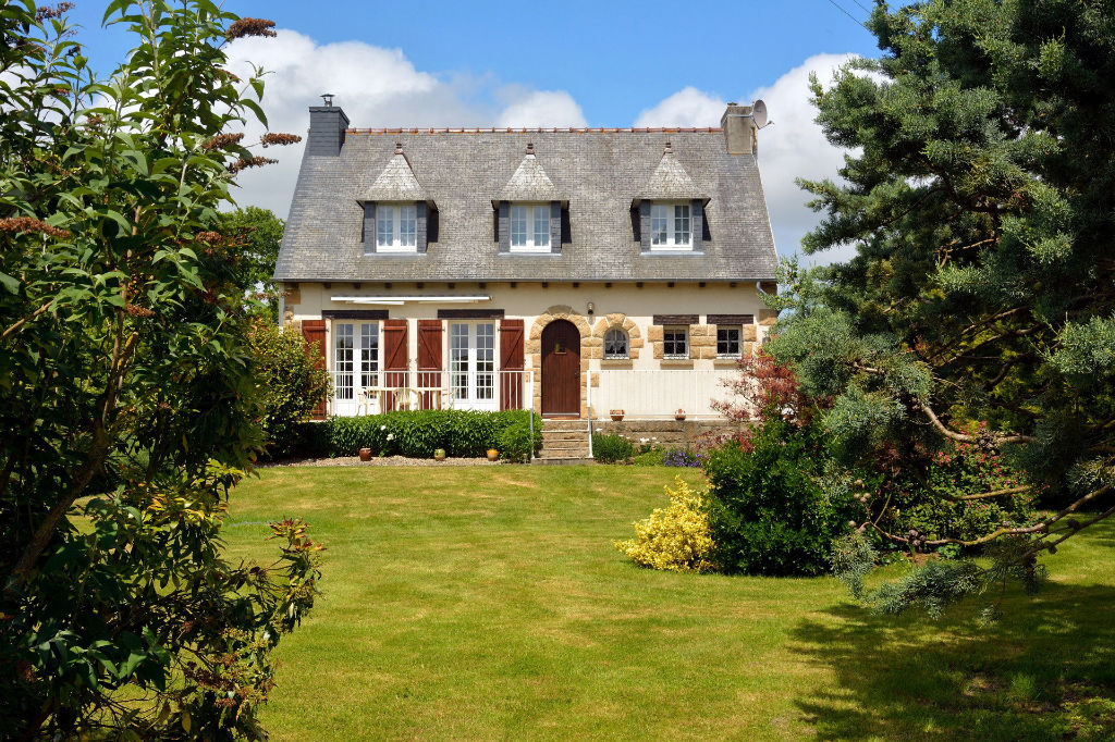 Near Dinan- Traditional Breton house 4 bedrooms on a beautiful park.