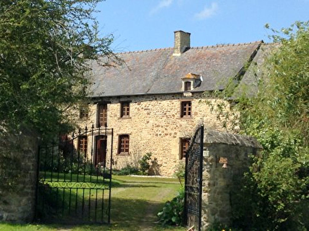 15 minutes Dinan: 17th century property offering charm and character