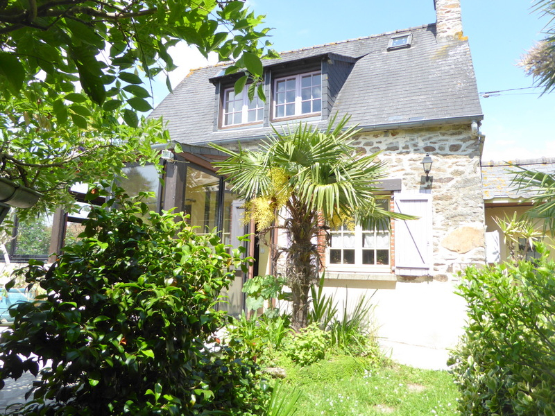 Stone cottage close to Dinan