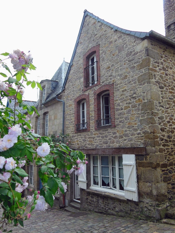 DINAN CENTRE HISTORIQUE - Substantial 5 bedroom stone house with garden