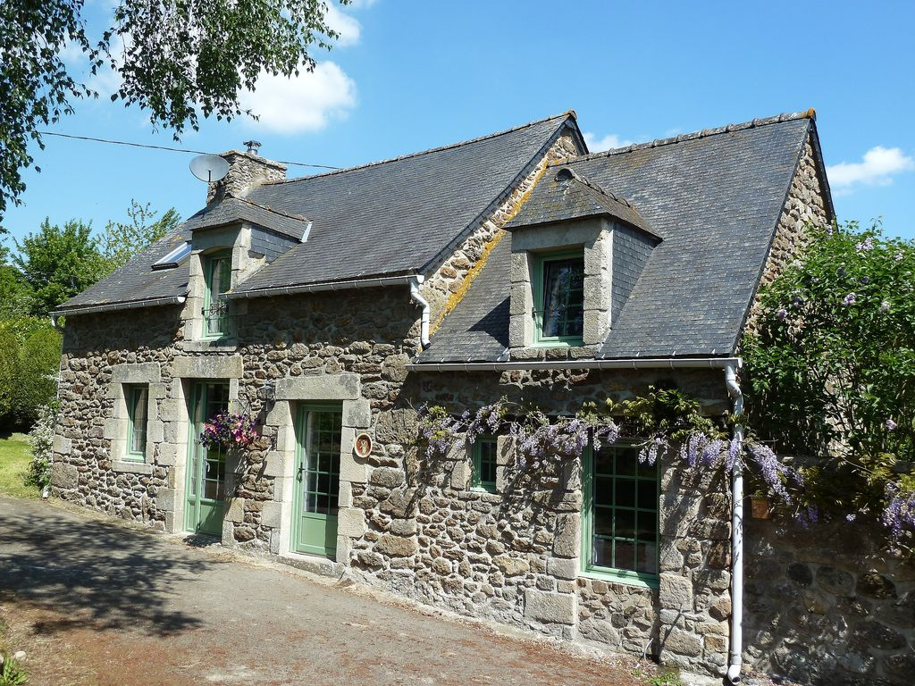 EXCLUSIVE - Charming stone cottage between Dinan and the coast