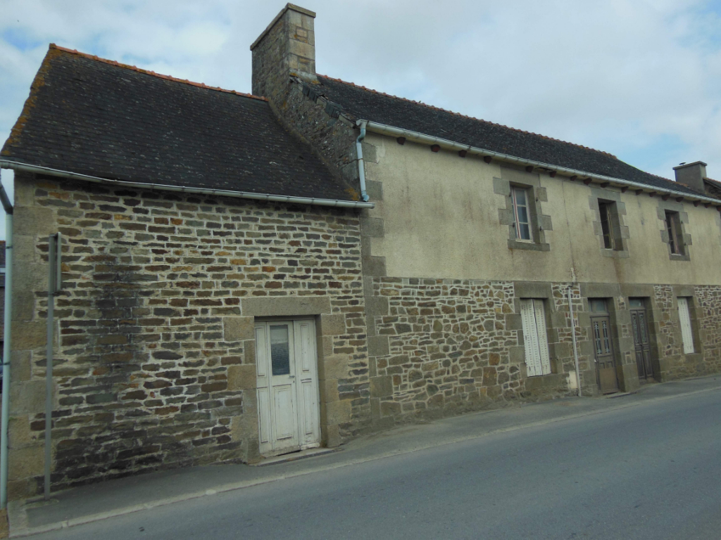 SEVIGNAC - 3 bed house & stone buildings to renovate, village centre on 2276m2 land