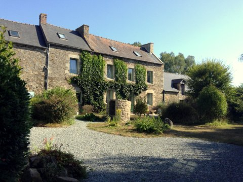10 mns from Dinan and the coast- Old farmhouse complex offering two houses and outbuildings on beautiful grounds.