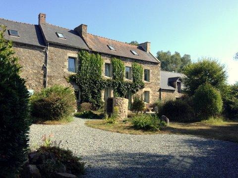 Corseul- Ancienne Métairie offrant deux habitations et dépendances sur beau terrain.