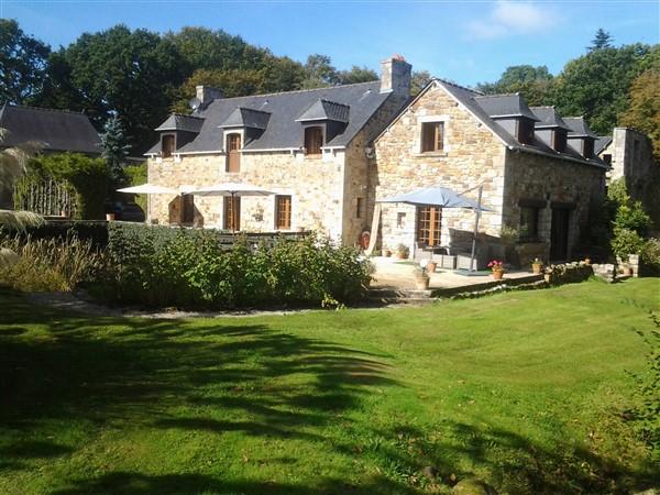EXCLUSIVITE 2 kms de Broons, belle demeure entourée par ses douves
